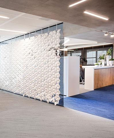 Xl-kantoorverdeler creëert een grote creatieve scheidingswand voor uw kantoor